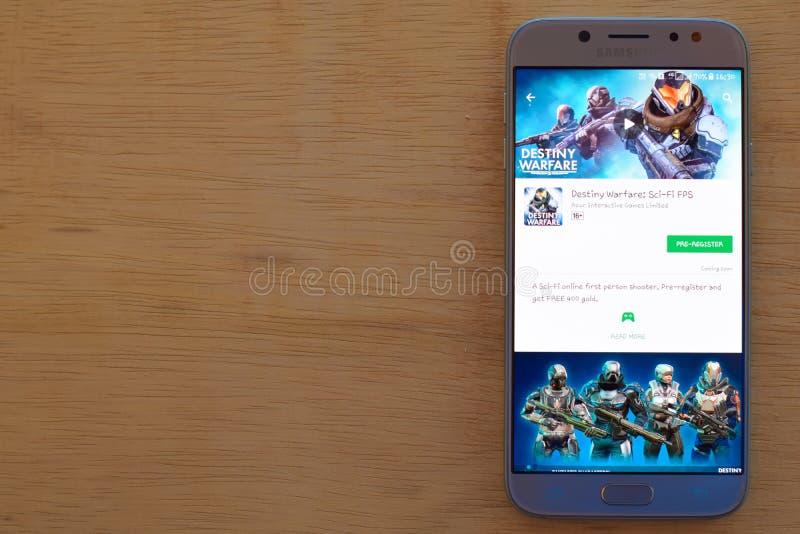 Destiny Warfare: Uso del revelador de la ciencia ficción FPS en la pantalla de Smartphone fotografía de archivo