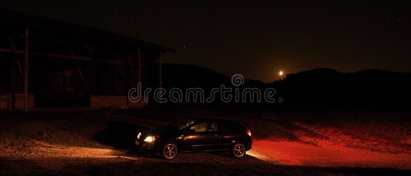 Destna, repubblica Ceca - 13 ottobre 2018: automobile nera Opel Astra H vicino all'azienda agricola nella regione di Kokorinsko n immagine stock
