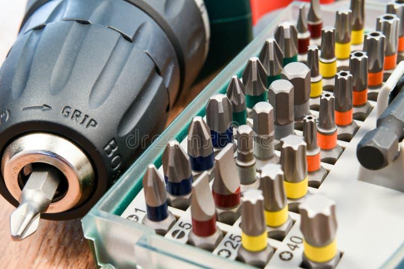 Destornillador eléctrico con las brocas foto de archivo