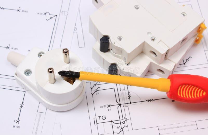 Destornillador, enchufe eléctrico y fusible en el dibujo de construcción imagenes de archivo