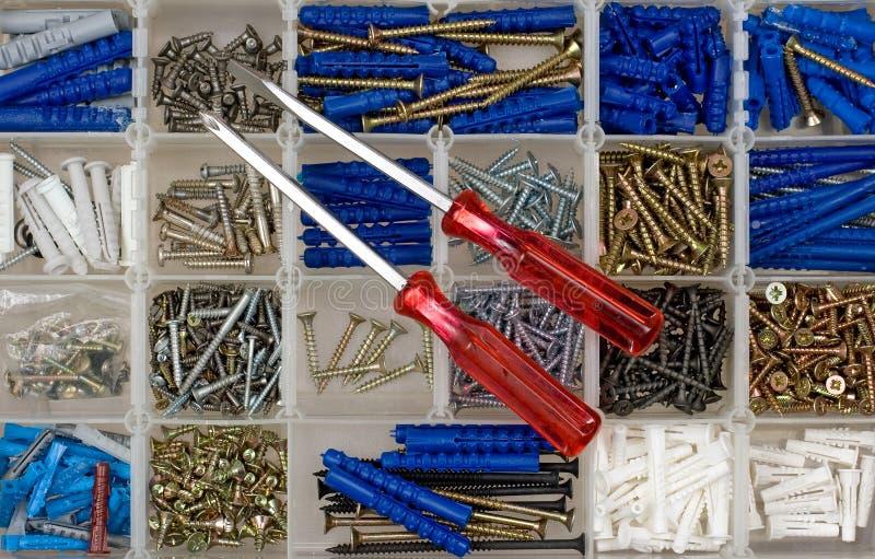 Destornilladores, tornillos y pasadores imagenes de archivo
