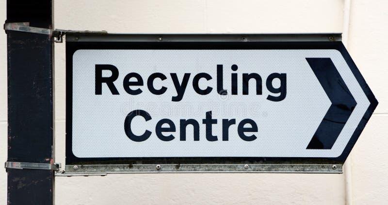 Destra dei punti del cartello ad un centro di riciclaggio immagine stock