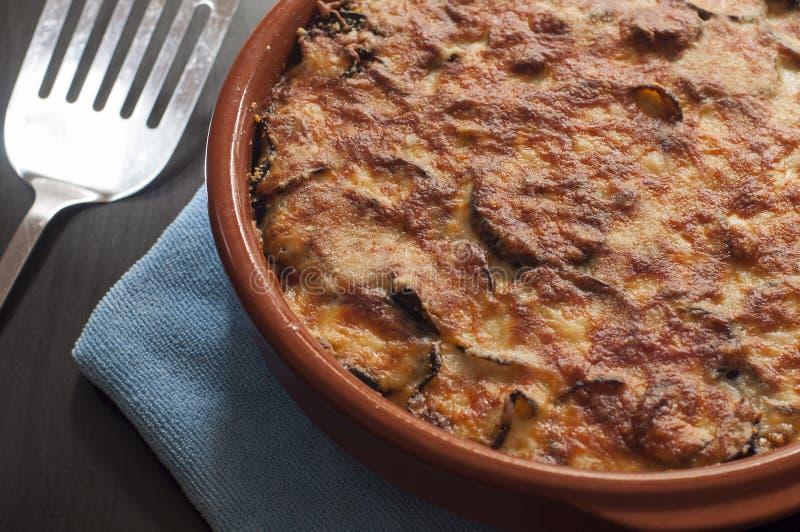 Destra delle lasagne al forno della melanzana dal forno fotografia stock