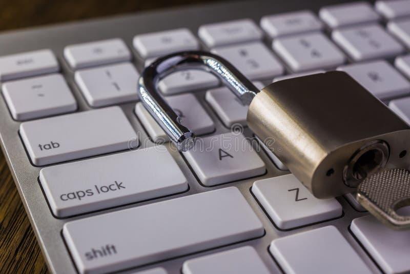 Destrave a chave e o botão de fechamento dos tampões no teclado foto de stock