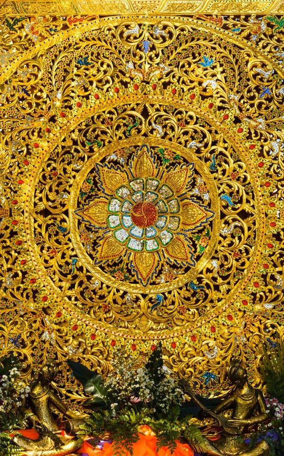 Destreza em assuntos florestais tailandesa da arte com pintura do ouro imagem de stock