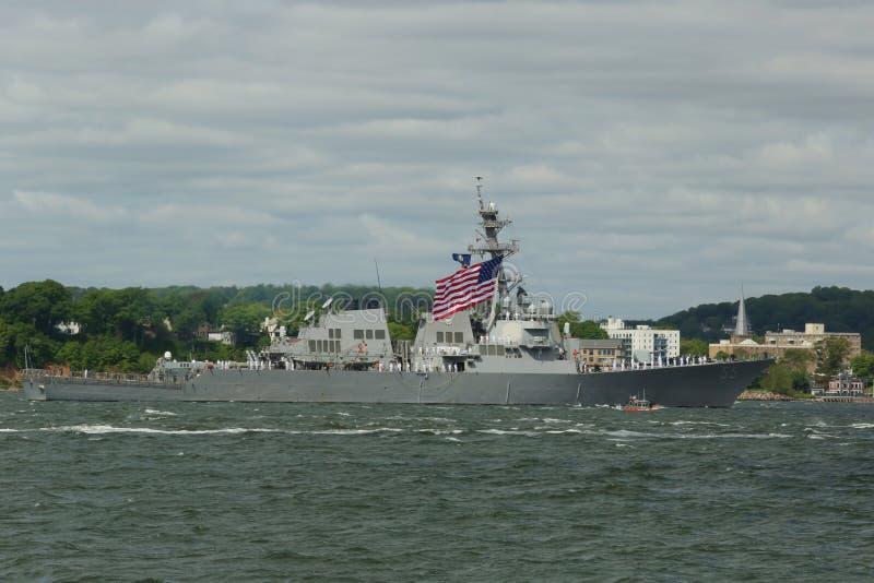 Destroyer vaillant de missile guidé d'USS de la marine d'Etats-Unis pendant le défilé des bateaux à la semaine 2015 de flotte photographie stock