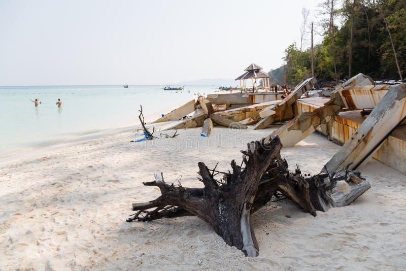 Destruído após o tsunami na ilha no mar de Andaman imagem de stock