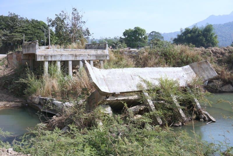 Destruído da ponte fotografia de stock