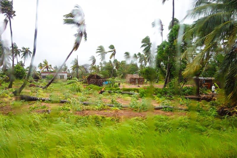 Destrucción de Dineo del ciclón tropical cerca de la ciudad de Maxixe fotografía de archivo