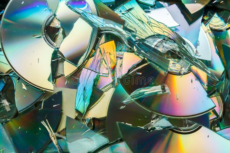 Destrucción de los datos: discos quebrados del CD y del DVD imagen de archivo