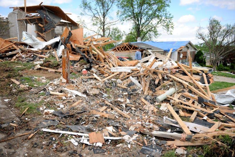 Destrucción después del golpe St. Louis de los tornados fotos de archivo