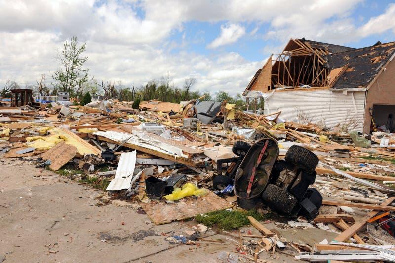 Destrucción después del golpe St. Louis de los tornados fotografía de archivo