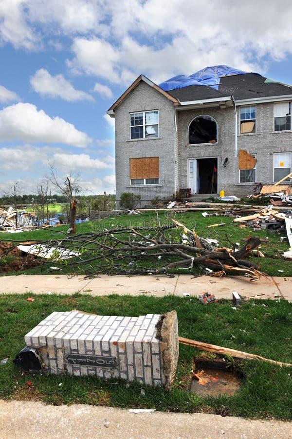 Destrucción después del golpe St. Louis de los tornados foto de archivo
