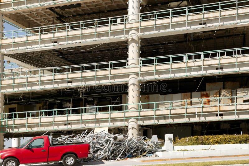 Destruction d'une construction commerciale par ouragan images libres de droits