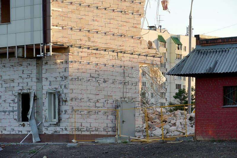 Destruction de plusieurs planchers de la maison Le mur du bloc de mousse est partiellement cassé Aucune fenêtres, barrière de images libres de droits