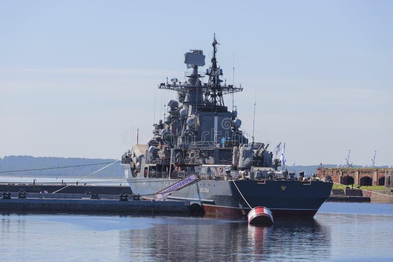 Destructor 'agitado en el embarcadero con Kronstadt Objeto expuesto del complejo militar-histórico del distrito militar occidenta fotos de archivo libres de regalías
