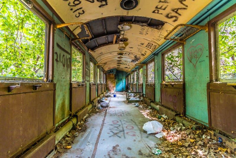 Destruição abandonada do vagão do trem na deterioração fotografia de stock