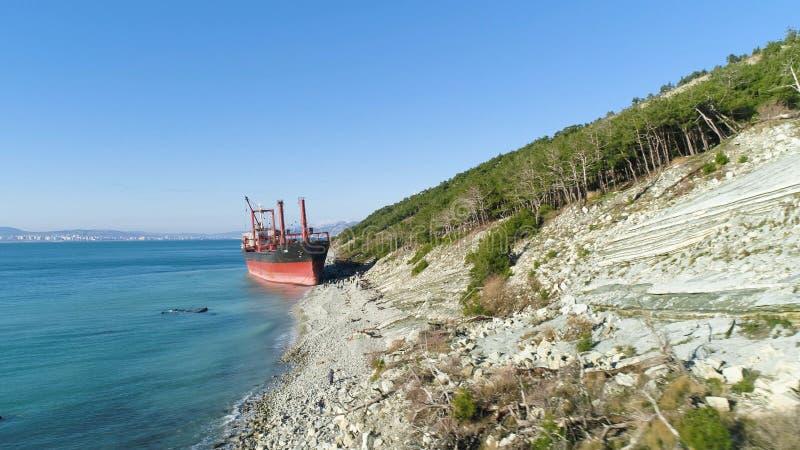 Destruição abandonada famosa no mar tiro Vista superior de um navio abandonado na praia foto de stock royalty free