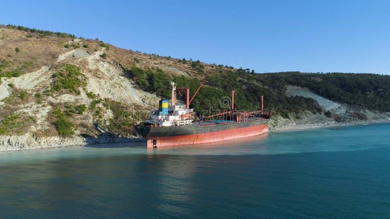Destruição abandonada famosa no mar tiro Vista superior de um navio abandonado na praia imagens de stock royalty free