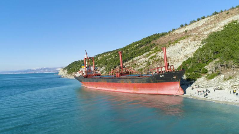 Destruição abandonada famosa no mar tiro Vista superior de um navio abandonado na praia foto de stock