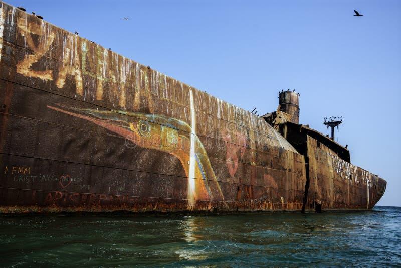 Destruição abandonada no Mar Negro, perto do recurso Costinesti, Romênia imagem de stock