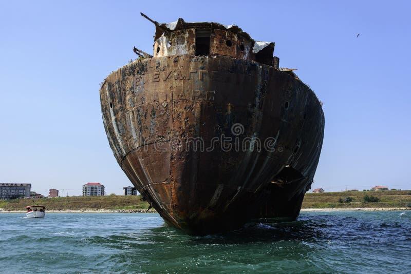 Destruição abandonada no Mar Negro, perto do recurso Costinesti, Romênia imagens de stock