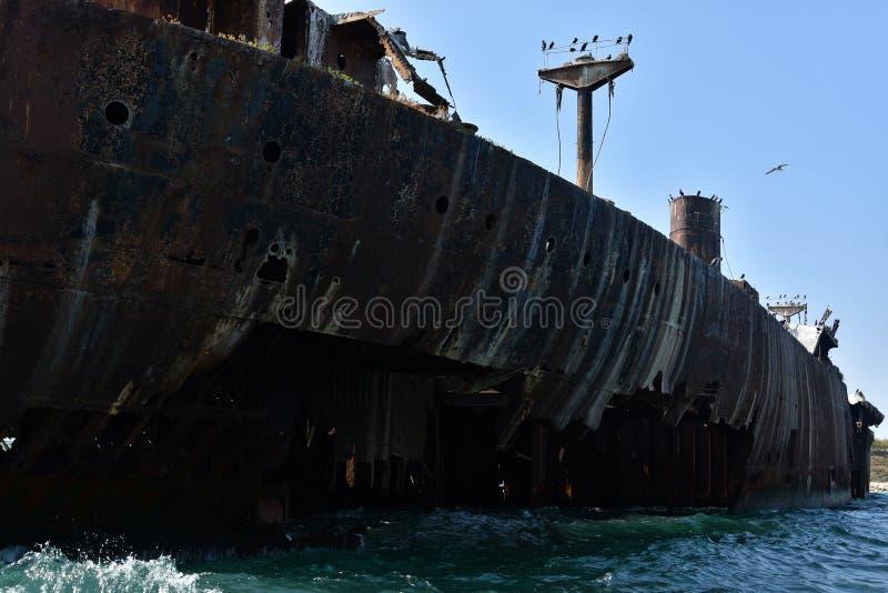 Destruição abandonada no Mar Negro, perto do recurso Costinesti, Romênia fotografia de stock