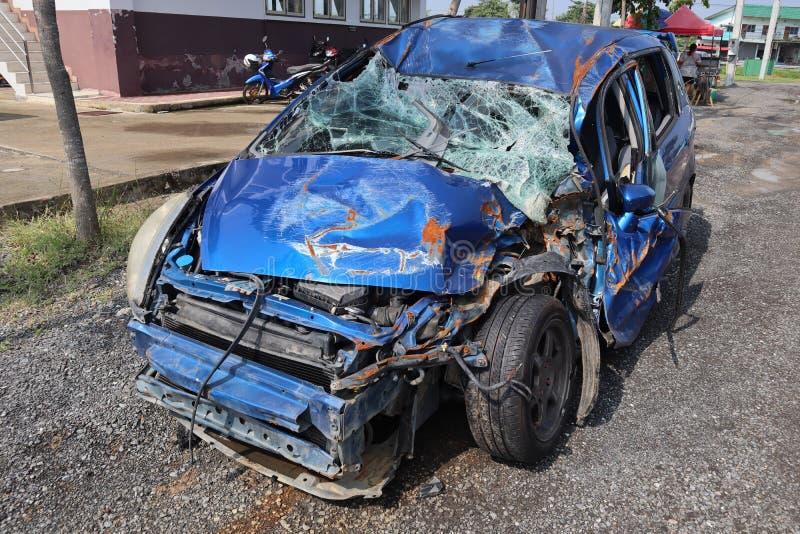 Destruição azul do carro que sofreu o dano maior O estacionamento é um companheiro fotos de stock royalty free