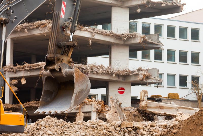 Destruição da construção concreta com equipamento imagens de stock