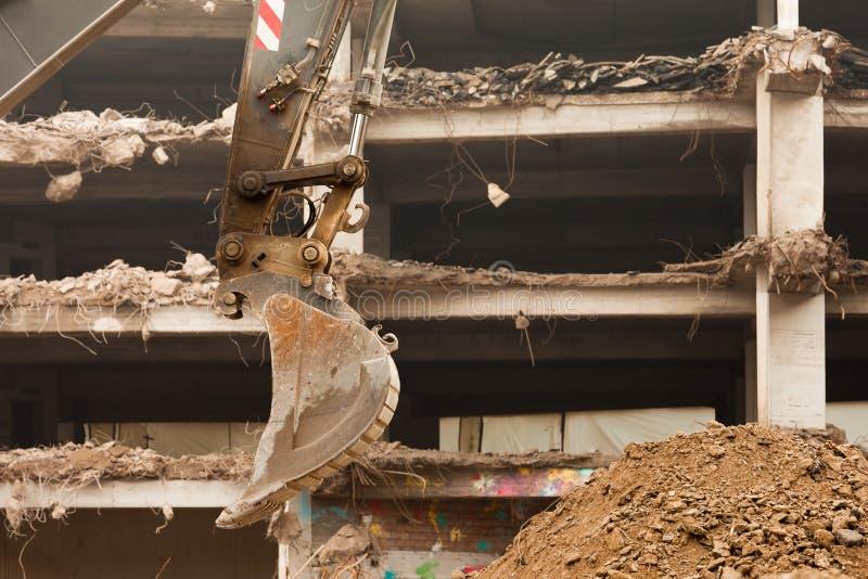 Destruição da construção concreta com equipamento imagens de stock royalty free
