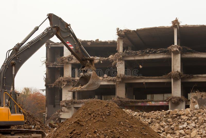 Destruição da construção concreta com equipamento foto de stock