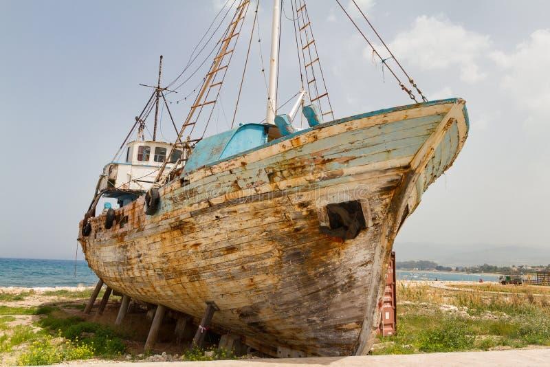 Destruição de madeira abandonada velha do barco de pesca foto de stock