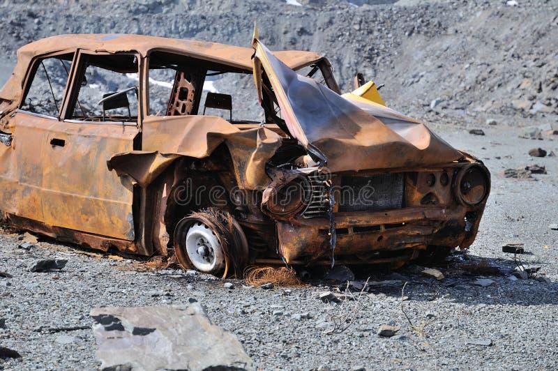 Destruição de um carro velho fotos de stock