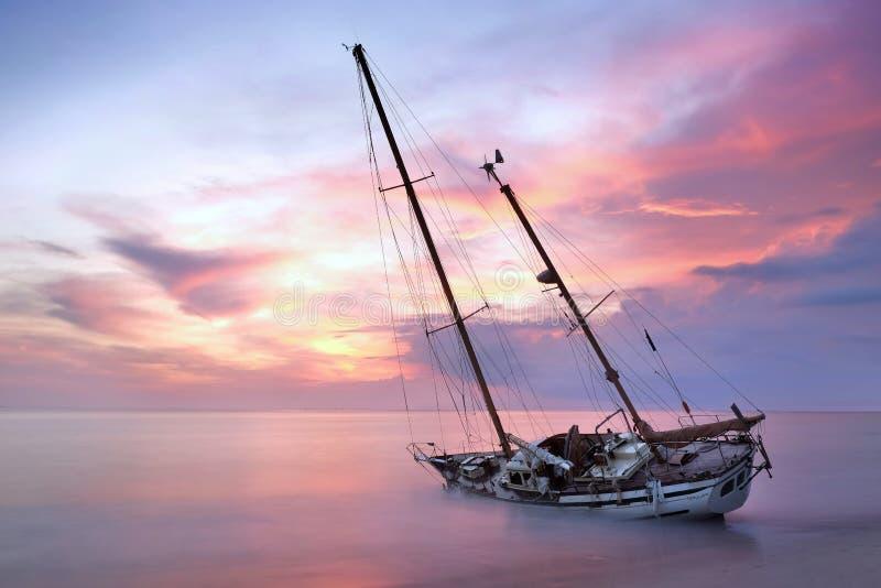 Destruição do barco fotografia de stock