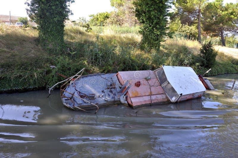 Destruição do barco de prazer no canal du midi imagem de stock royalty free