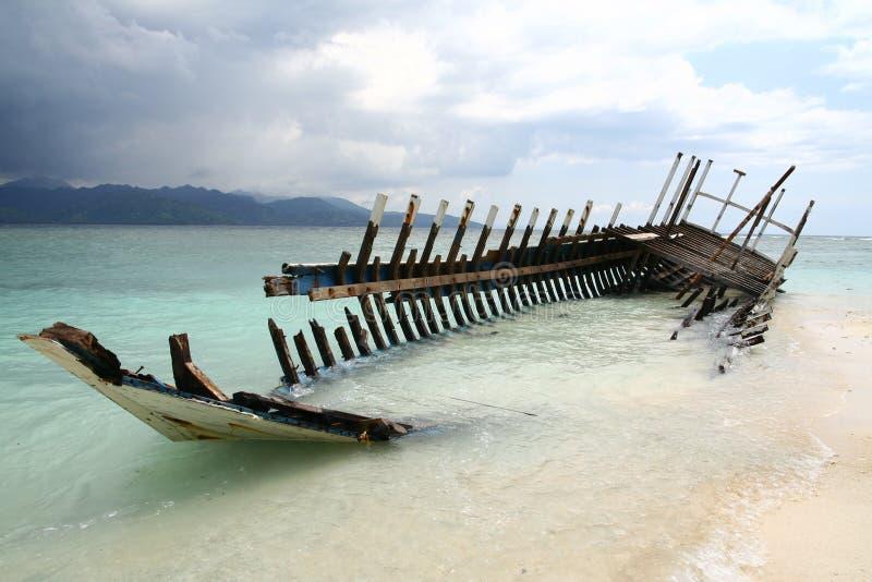 Destruição do barco na praia imagens de stock royalty free