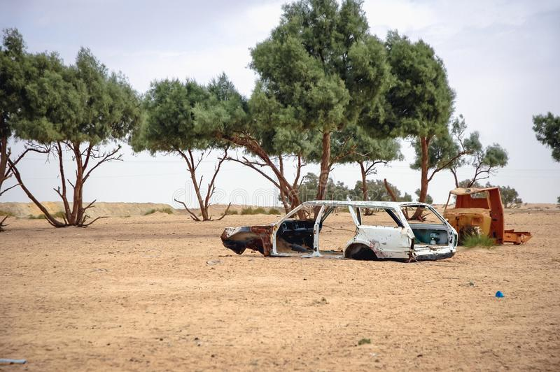 Destruição do carro em um deserto fotos de stock
