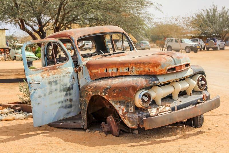 Destruição do carro no deserto fotografia de stock