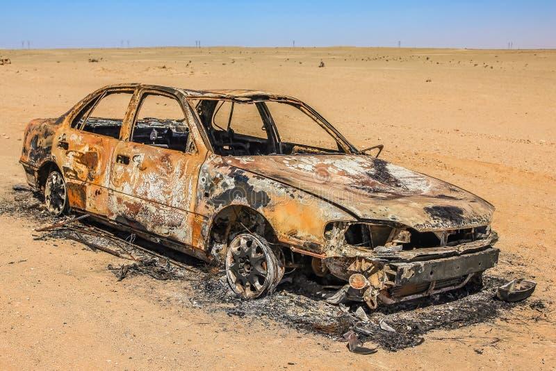 Destruição do carro no deserto imagens de stock royalty free