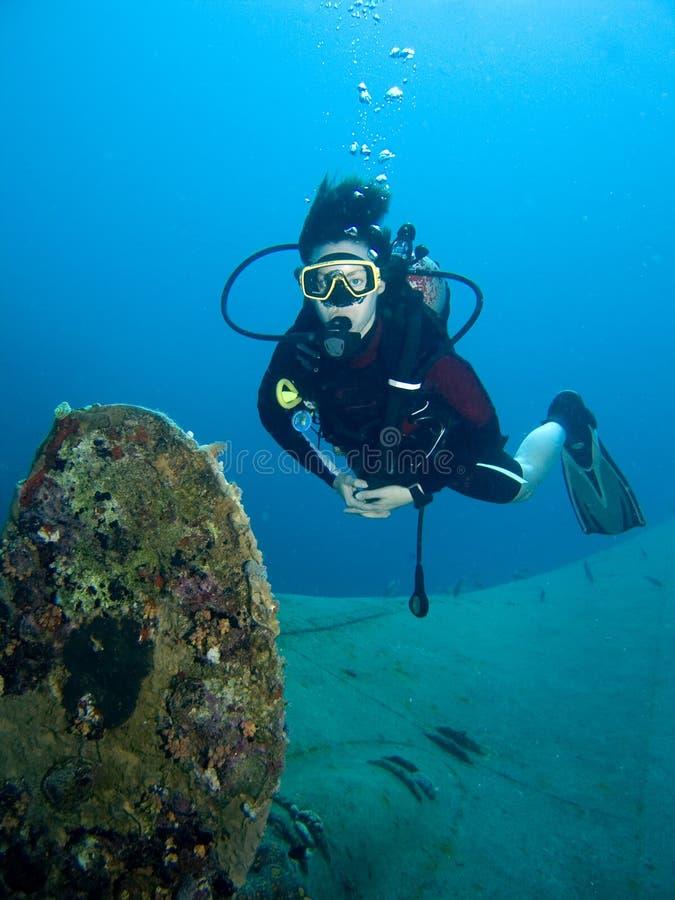 Destruição do mergulhador e do navio imagens de stock royalty free