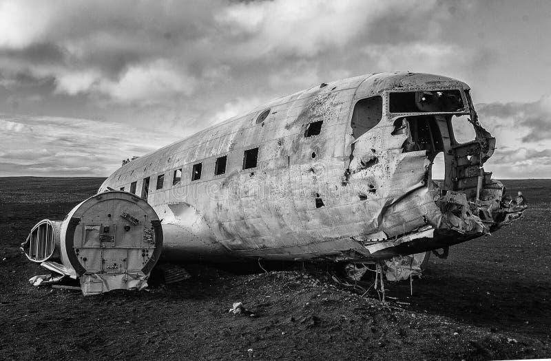 Destruição do plano DC-3 na praia preta da areia imagem de stock royalty free