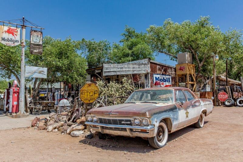 Destruição oxidada de um sheriff' velho; carro de s na loja geral da agreira imagens de stock royalty free