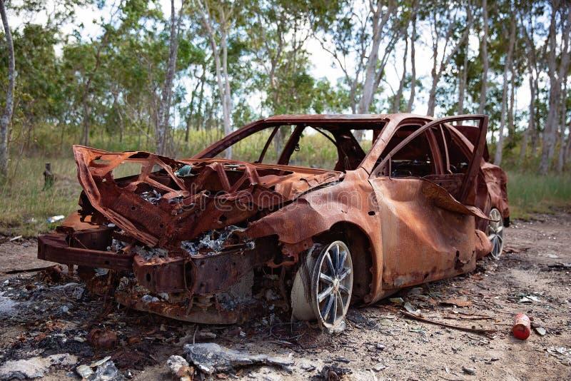 Destruição para fora abandonada queimada do carro imagens de stock