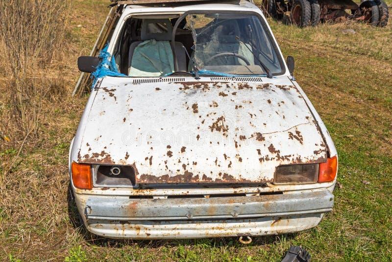 Destruição velha do carro cabida para a sucata fotos de stock