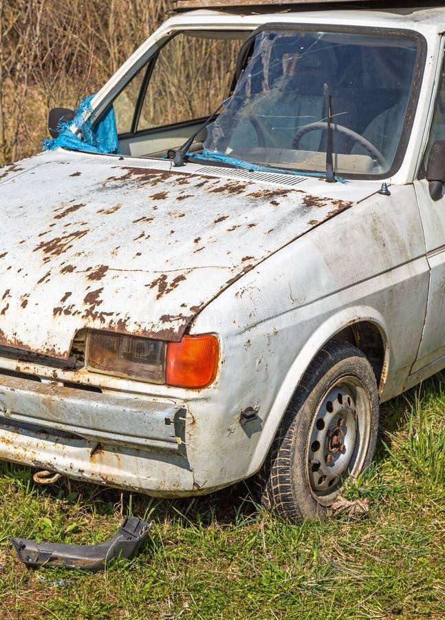 Destruição velha do carro cabida para a sucata fotos de stock royalty free