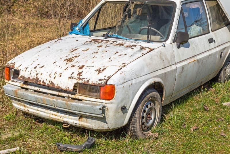 Destruição velha do carro cabida para a sucata foto de stock royalty free
