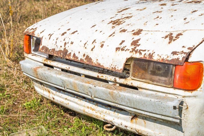 Destruição velha do carro cabida para a sucata imagens de stock royalty free