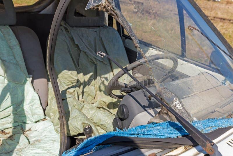Destruição velha do carro cabida para a sucata imagem de stock royalty free