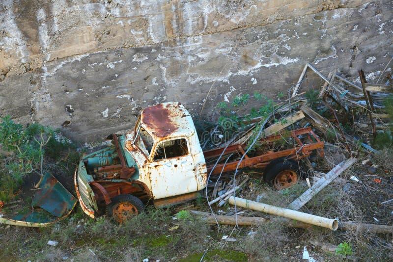 Destruição velha e oxidada do carro imagem de stock