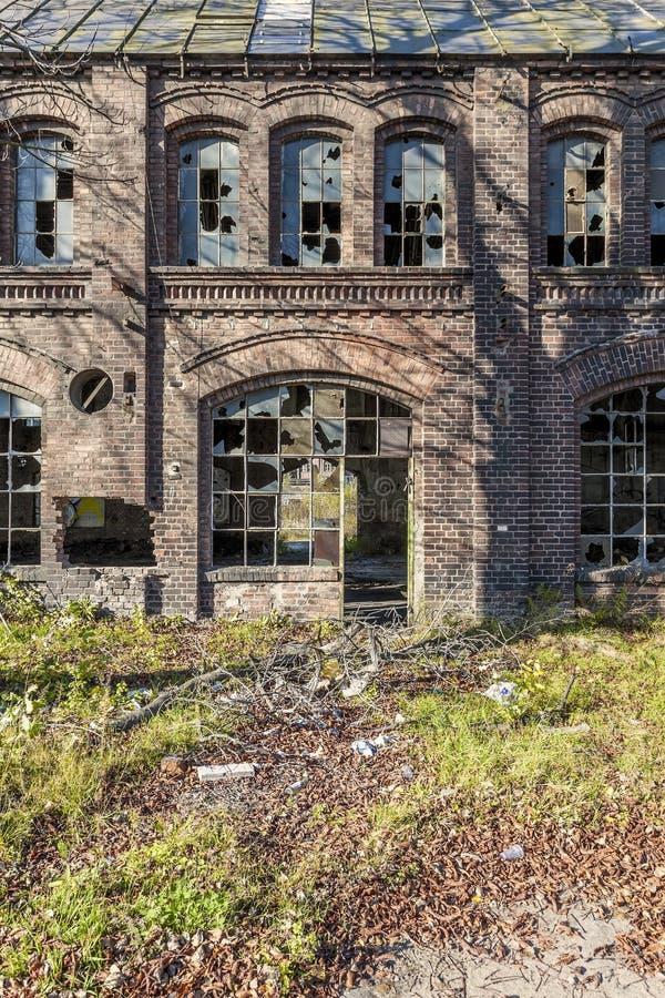 Destruido, el pasillo histórico de la fábrica imágenes de archivo libres de regalías